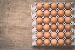 在老被弄皱的粗麻布的鸡蛋 库存图片