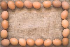 在老被弄皱的粗麻布的鸡蛋 免版税图库摄影