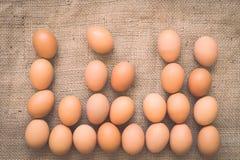 在老被弄皱的粗麻布的鸡蛋 免版税库存照片