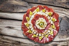 在老被打结的破裂的木庭院表上的开胃菜美味盘Meze集合 库存图片