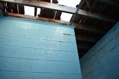 在老被放弃的大厦的蓝色砖墙 免版税图库摄影