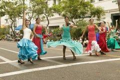 在老西班牙几天节日期间营业日游行下降状态街道的墨裔美国人的舞蹈家举行了在圣诞老人酒吧的每8月 免版税图库摄影