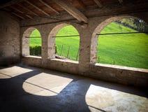 在老谷仓石头的三曲拱,伊米莉亚罗马甘小山 库存照片