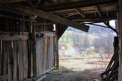 在老谷仓里面 库存照片