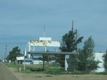 在老路线66的被放弃的加油站标志 库存图片