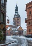 在老里加,拉脱维亚覆以圆顶方形和古老教会 免版税库存照片