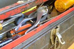 在老金属工具箱盘子的肮脏和破旧的手工工具  免版税库存图片