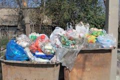 在老金属的家庭废物回收容器 库存图片