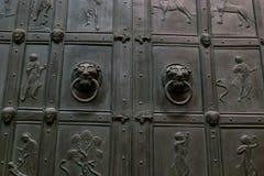 在老金属门的狮子顶头敲门人 库存照片