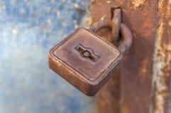 在老金属门的生锈的挂锁 免版税图库摄影