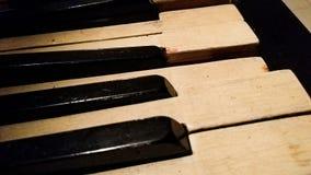 在老钢琴的一个断路键 免版税库存图片