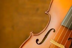 在老钢背景的葡萄酒小提琴 库存照片