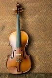在老钢背景的葡萄酒小提琴 图库摄影