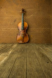 在老钢背景的葡萄酒小提琴 库存图片
