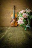 在老钢背景的葡萄酒小提琴 免版税库存照片