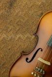 在老钢背景的葡萄酒小提琴 免版税库存图片