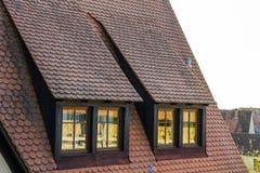 在老铺磁砖的欧洲房子里顶房顶顶楼窗口 免版税库存图片