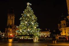在老镇中心在晚上,布拉格,捷克的圣诞树 免版税库存图片
