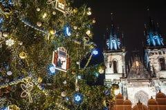 在老镇中心的圣诞树 布拉格 库存图片