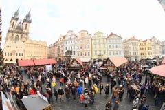 在老镇中心的圣诞节市场在布拉格 免版税库存照片