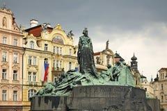 在老镇中心的扬・胡斯纪念碑在布拉格 cesky捷克krumlov中世纪老共和国城镇视图 免版税库存照片