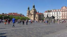 在老镇中心的晴天 圣Mikulash教会的看法  布拉格,捷克共和国 股票视频