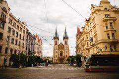 在老镇中心的电车在布拉格,捷克 免版税库存图片