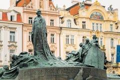 在老镇中心的1月Hus纪念品在布拉格,捷克共和国 免版税图库摄影