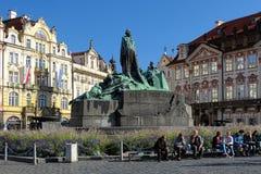 在老镇中心的1月Hus纪念品在布拉格 库存图片