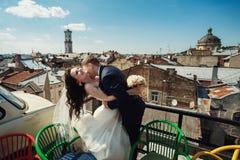 在老镇利沃夫州结合步行,亲吻,爱 在屋顶上 库存图片