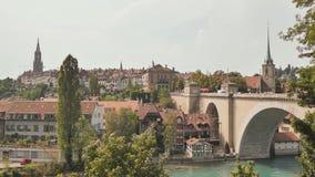 在老镇有河的和桥梁的都市风景视图在伯尔尼市在瑞士 股票录像