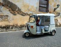 在老镇的一辆tuk tuk出租汽车 免版税库存图片