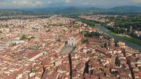 在老镇的佛罗伦萨空中都市风景视图有三塔Croce教会和三塔Croce的Plazza在意大利 4K寄生虫vide 影视素材