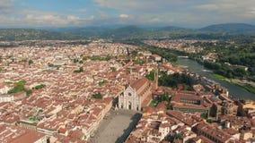 在老镇的佛罗伦萨空中都市风景视图有三塔Croce教会和三塔Croce的Plazza在意大利 4K寄生虫vide 股票视频