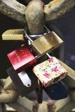 在老镇的爱锁在布拉格 免版税库存图片