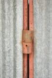 在老镇的生锈的老铁铰链 库存照片