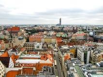 在老镇的看法和天空在WrocÅ 'aw耸立在波兰 库存图片