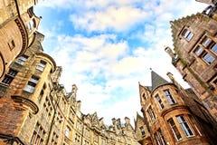 在老镇的街道的历史建筑学在爱丁堡 免版税库存照片