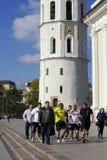 在老镇的运动员步行 库存照片