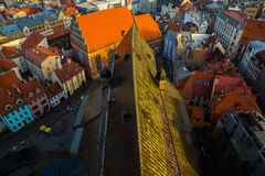 在老镇的顶视图有美丽的五颜六色的大厦的在里加,拉脱维亚 库存照片