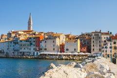 在老镇罗维尼的早晨视图从有室外餐馆的港口,克罗地亚 免版税库存照片