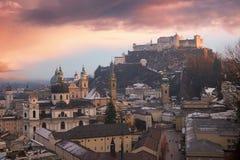 在老镇萨尔茨堡和堡垒hohensalzburg的梦想的日落 库存照片