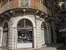 在老镇购物在科孚岛希腊海岛上的科孚岛镇  库存图片