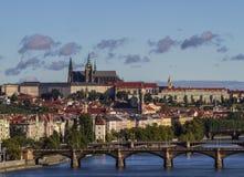 在老镇,布拉格城堡圣徒Vitus主教的座位的全景 在伏尔塔瓦河河的桥梁 布拉格,捷克共和国 库存图片
