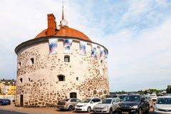 在老镇维堡,俄罗斯的集市广场的圆的塔 免版税图库摄影