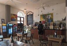 在老镇casco viejo巴拿马市的小传统咖啡馆 免版税库存图片