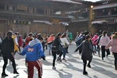 在老镇Shangri La,Xianggelila,云南,中国的中国西藏女孩跳舞 库存照片