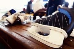 在老长凳的冰鞋 免版税库存照片