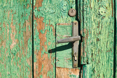 在老门的门把手 库存照片