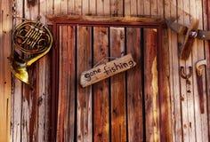 在老门的去的钓鱼的标志 免版税库存照片